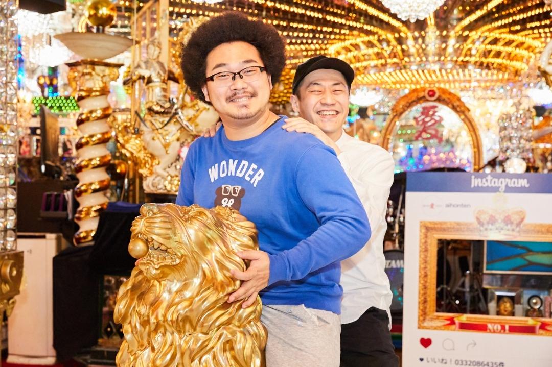 左から、アフロマンス、柴本新悟氏(CONNECT歌舞伎町プロデューサー) 撮影=岩間辰徳