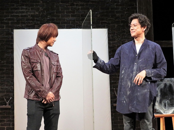 """アクリル板をコンコン叩いて浦井さんに""""構ってアピール""""する山口さん(笑)"""