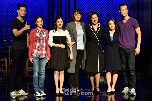 (写真左から)ソ・ギョンス、チョン・イェジ、オ・ソヨン、パク・カリン、チョン・ヨンジュ、チョン・ソンミン、チェ・ジェリム