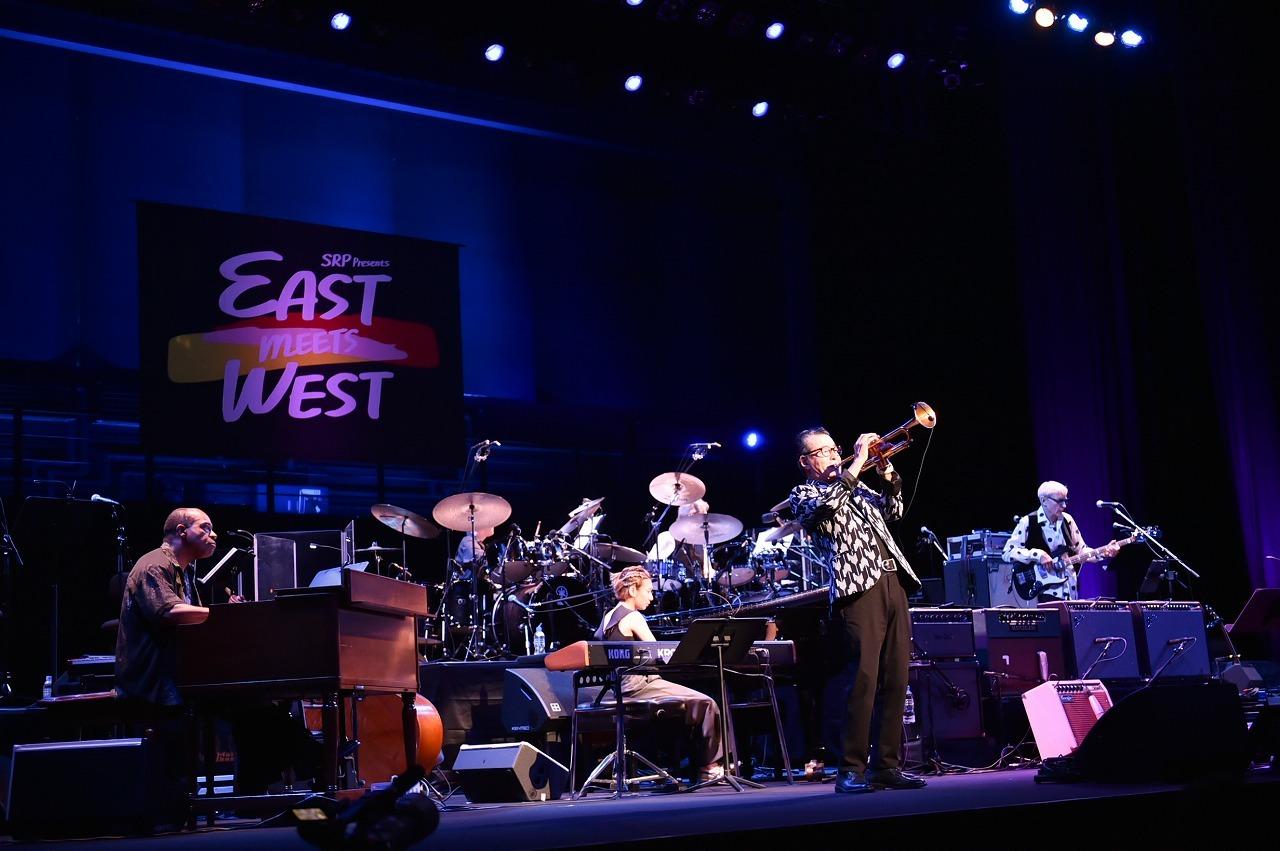 EAST MEETS WEST SUPER BAND 撮影=鈴木恵