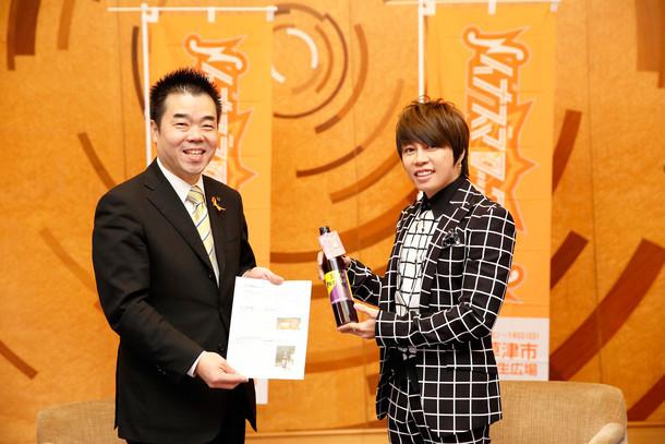 西川貴教(右)が三日月大造滋賀県知事(左)を表敬訪問した際の様子。