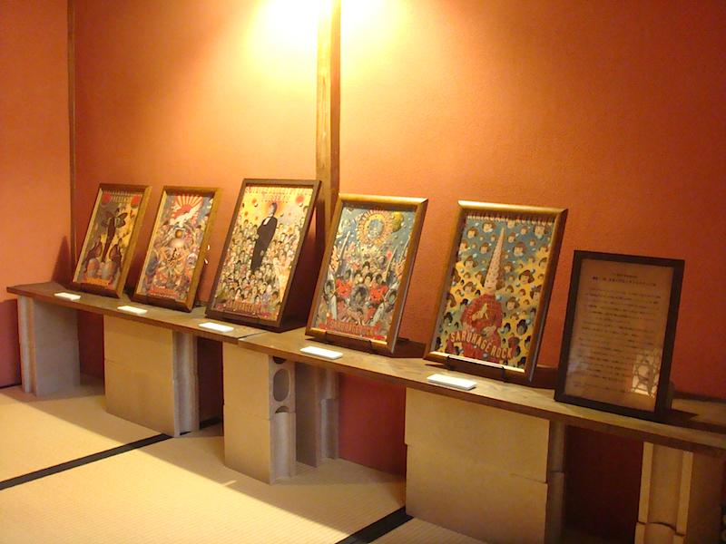 2階奥の和室では、漫画家のしりあがり寿とのコラボレーション企画を紹介。天野が8年にわたって宣伝美術と演出を手掛ける、しりあがり寿presents「新春! (有)さるハゲロックフェスティバル」のチラシ原画などが展示されている