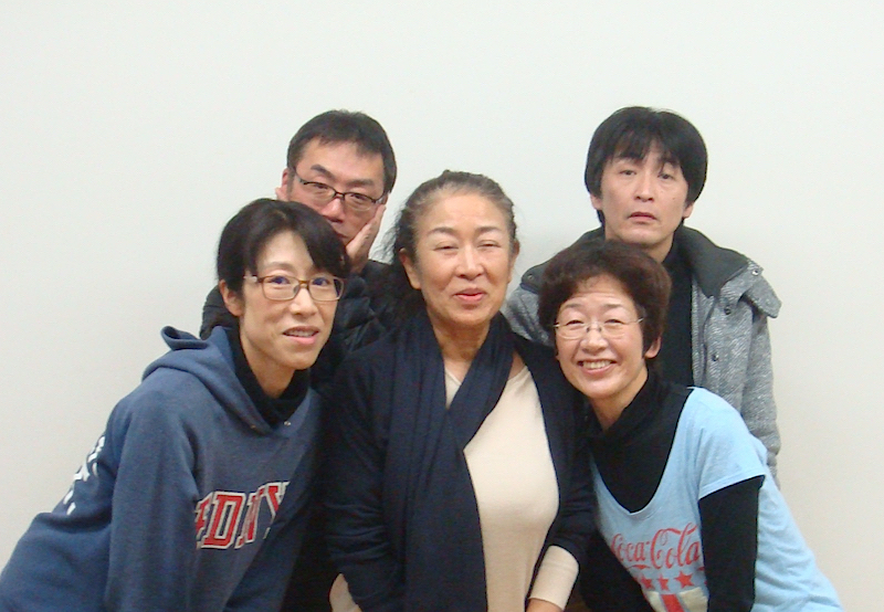 四人姉姉実行委員会プリシラーズの面々。左から・長尾みゆき、神谷尚吾、火田詮子、金原祐三子、佃典彦
