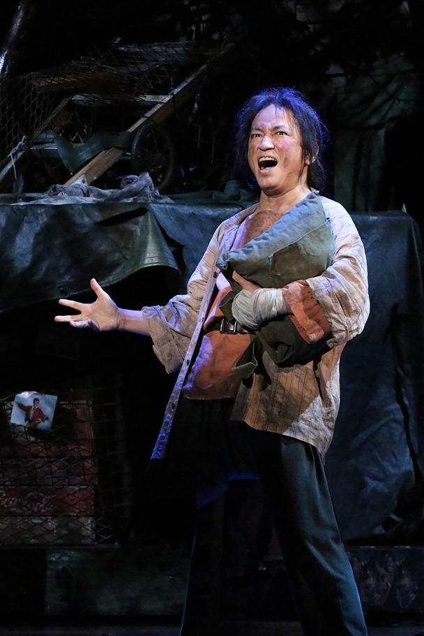 エンジニアはベトナム戦争の過酷な状況から、必死で生き残る道を見つけていく。 写真提供:東宝演劇部