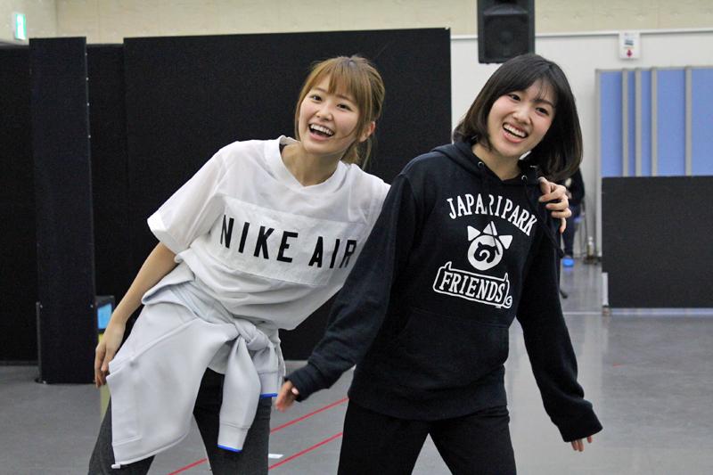 イワトビペンギン役・山下まみ(左)とフンボルトペンギン役・築田行子(右)