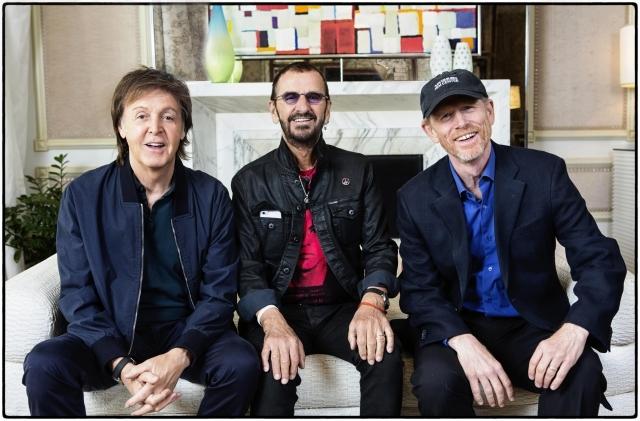 左から、ポール・マッカートニー、リンゴ・スター、ロン・ハワード監督 (C)Apple Corps Limited. All Rights Reserved.