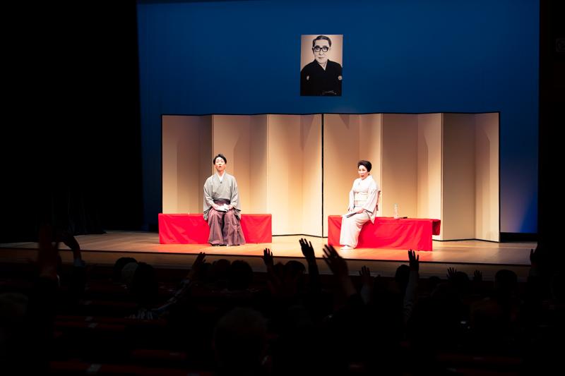 十七世勘三郎の舞台を見たことがある方!の呼びかけにたくさんの手があがりました。