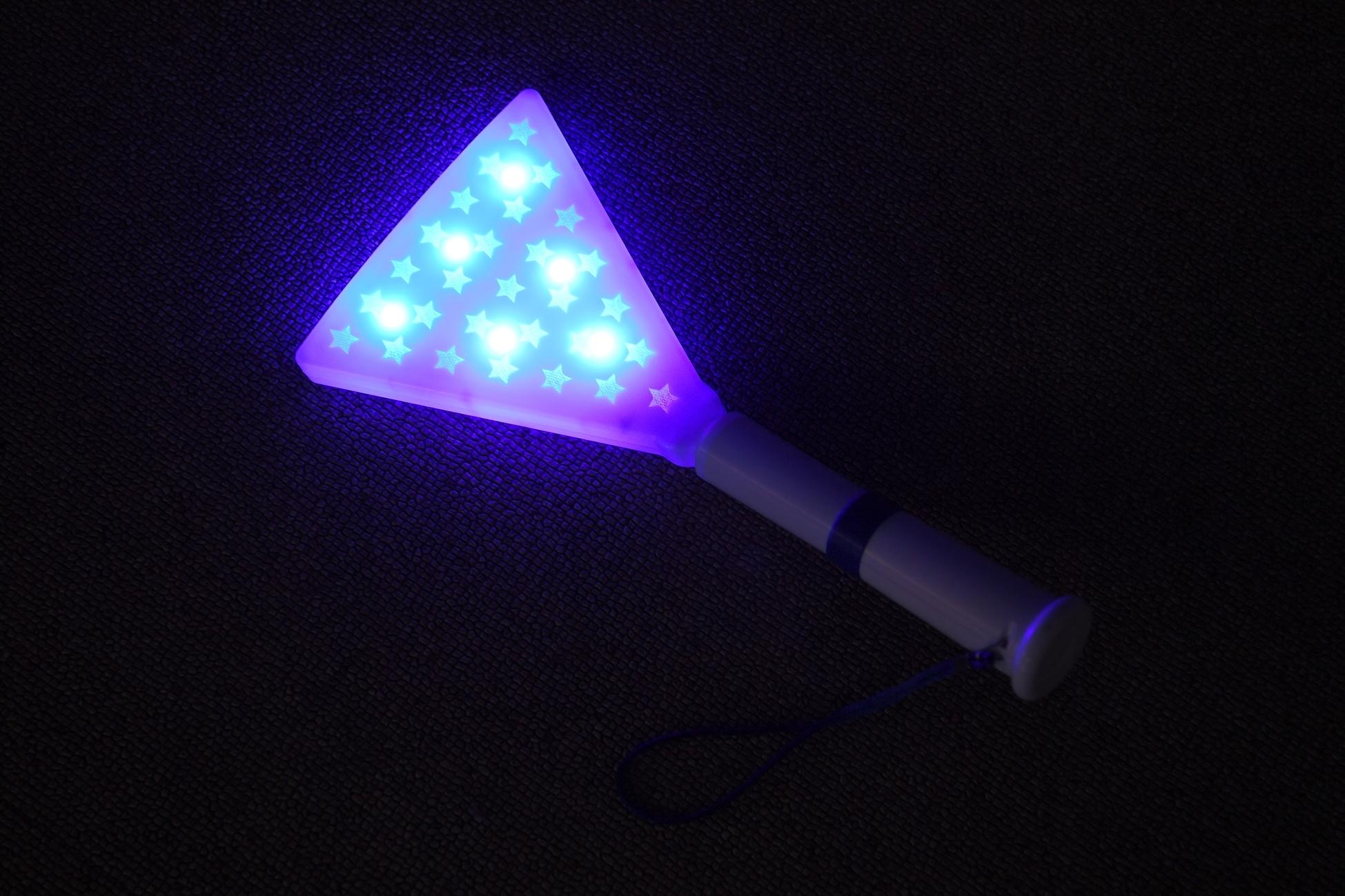 Y型照明塔をモチーフにした青く光る「ハマスタ照明塔ペンライト」