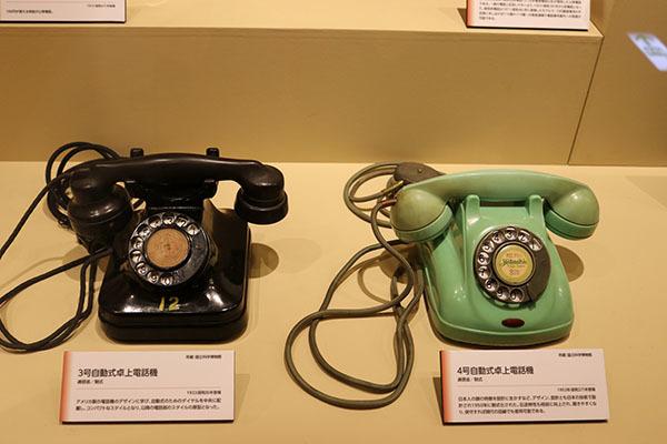 左がアメリカ製に倣った初期の電話。右の電話では、受話器部分が日本人の顔に合わせられた形になっている