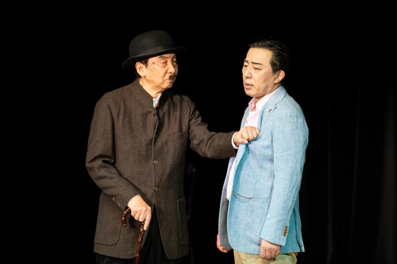 『八つ墓供養』(左から)只野操、河合誠三郎