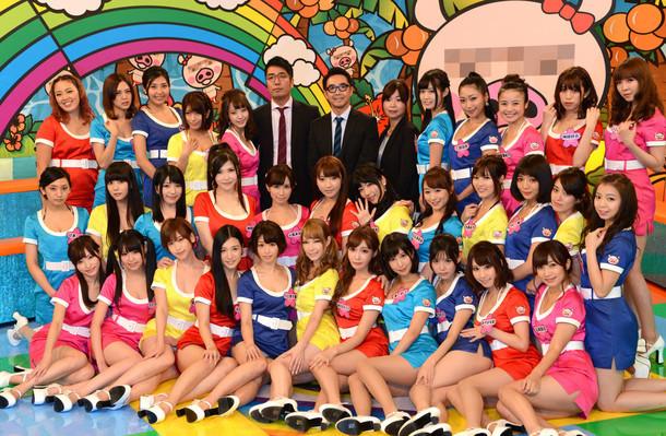 恵比寿★マスカッツのメンバー全33名とおぎやはぎ、大久保佳代子によるフォトセッションの様子。