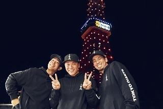 東京タワーが坂本選手の2000安打達成を祝福してジャイアンツカラーに。点灯時には同じ1988年生まれの前田健太投手、秋山翔吾選手も駆け付けた