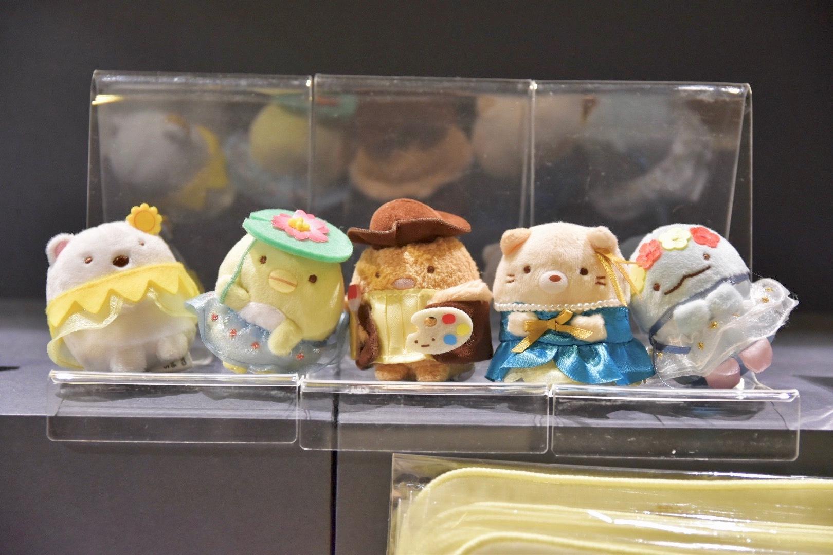 本展出品の作品をモチーフにした衣装を着た、すみっコぐらしのキャラクターのてのりぬいぐるみ(税込990円) (C)2020 San-X Co., Ltd. All Rights Reserved.