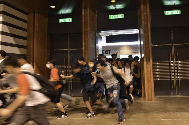香港の同人誌即売会でよく見られる開幕ダッシュ。不思議とけが人は出ません。謎の協調性があります。