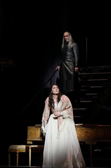 THOMAS HAMPSON AS THE FOUR VILLAINS (MIRACLE), SONYA YONCHEVA AS ANTONIA (C) ROH. PHOTOGRAPHER CATHERINE ASHMORE