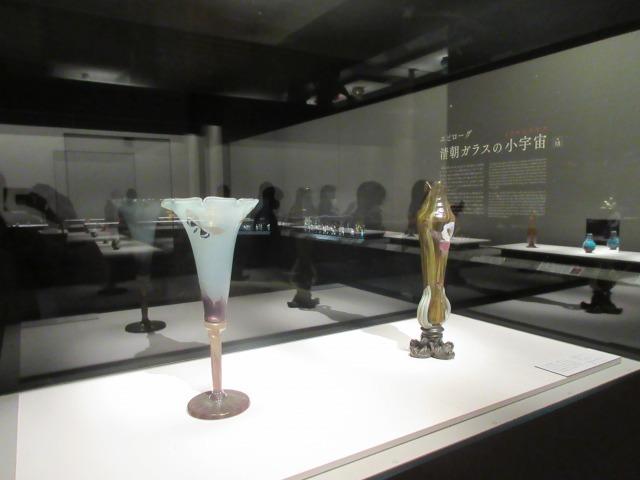 左:昼顔形花器「蛾」 エミール・ガレ 1900年 サントリー美術館 右:花器「アイリス」 エミール・ガレ 1900年頃 サントリー美術館(菊地コレクション)