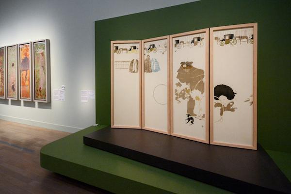 手前/ピエール・ボナール《乳母たちの散歩、辻馬車の列》 1897年 多色刷りリトグラフ(四曲一隻) ボナール美術館、ル・カネ