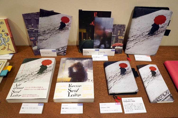 白い雪に黒い人影、真っ赤な傘。ソール・ライターの名作が手帳に。 Footprints, c. 1950 (C)Saul Leiter Foundation