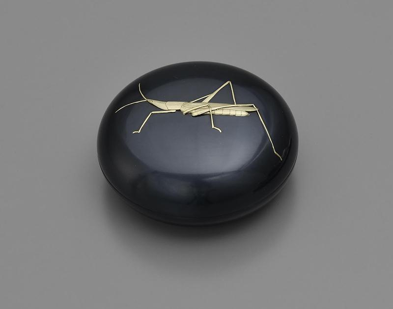 《飛蝗 香盒》平成21(2009)年 赤銅・金 個人蔵