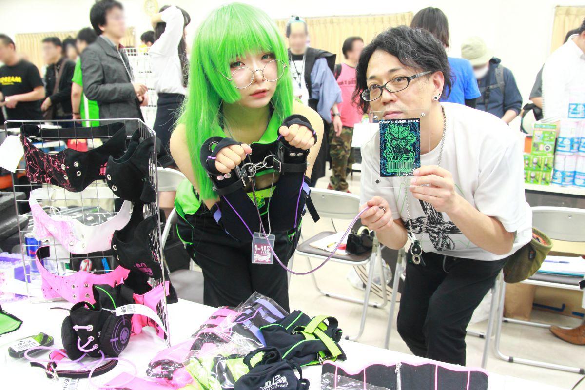 D/3(売り子のgyava(左)とデザイナーのkossy(右))