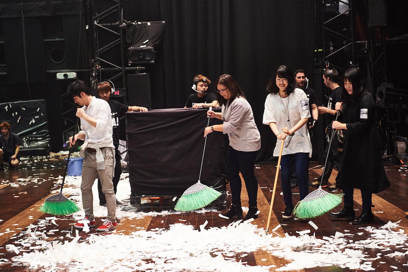 散らかり放題の客席をお掃除