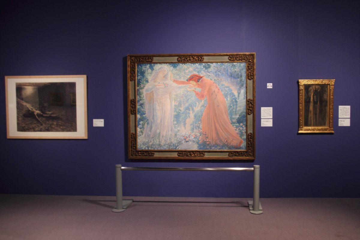 左:ジャン・デルヴィル《ステュムパーリデスの鳥》1888年、黒チョーク、紙 ベルギー王立図書館、ブリュッセル 中:同《レテ河の水を飲むダンテ》1919年、油彩、キャンヴァス 姫路市立美術館  右:同《赤死病の仮面》1890年頃、木炭・パステル、紙 フィリップ・セルク・コレクション、ベルギー
