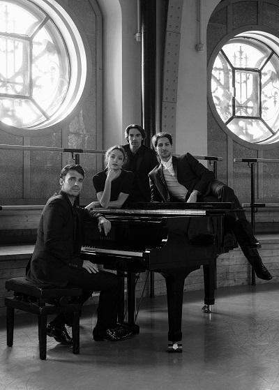 左からジョルジュ・ヴィラドムス、ドロテ・ジルベール、エルヴェ・モロー、マチュー・ガニオ (c)Ann Ray