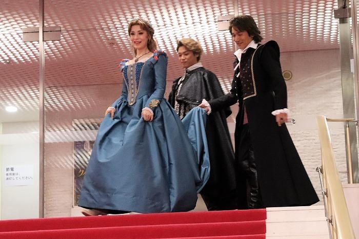 大地さんのドレスの裾を持って登場する長野さんと髙木さん