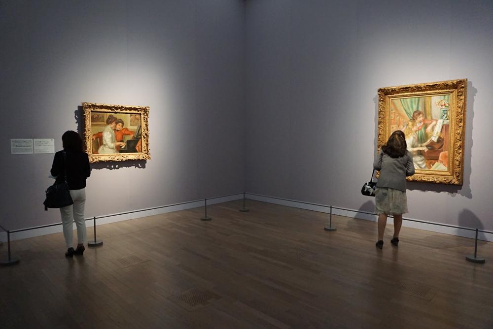 右《ピアノを弾く少女たち》 1892年、油彩/カンヴァス、オルセー美術館 © RMN-Grand Palais (musée d'Orsay) / Hervé Lewandowski / distributed by AMF