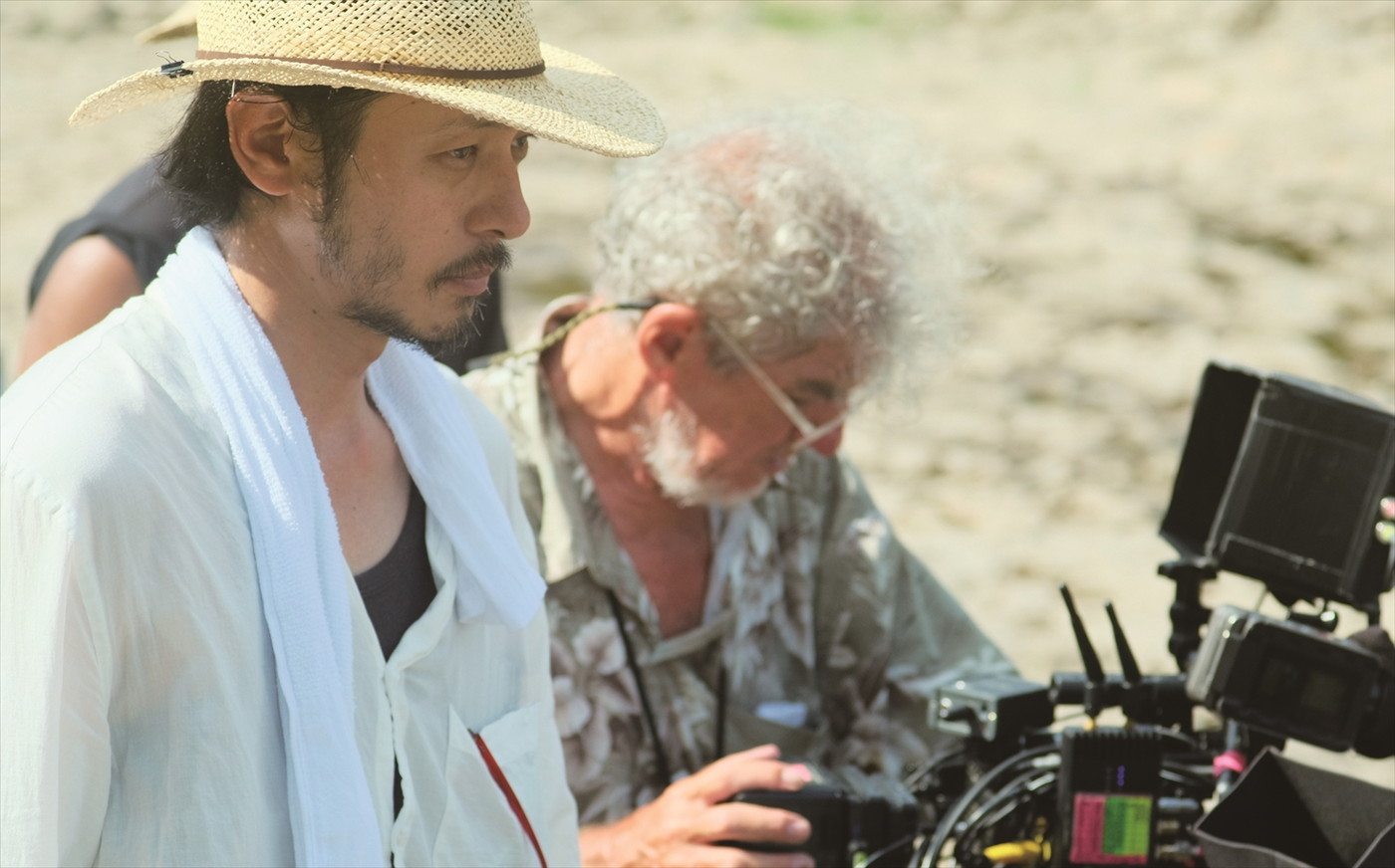 左から、オダギリジョー監督、クリストファー・ドイル撮影監督 『ある船頭の話』 (C)2019「ある船頭の話」製作委員会