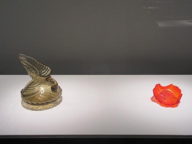 左:水差「葉」 エミール・ガレ 1890年 サントリー美術館(辻清明コレクション) 右:紅色魚文蓮葉形皿 中国 嘉慶ー光緒年間 19世紀 東京国立博物館