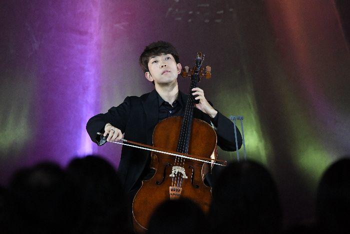 福島公演にも参加した横坂は『無伴奏チェロ組曲 第1番』のプレリュードを演奏