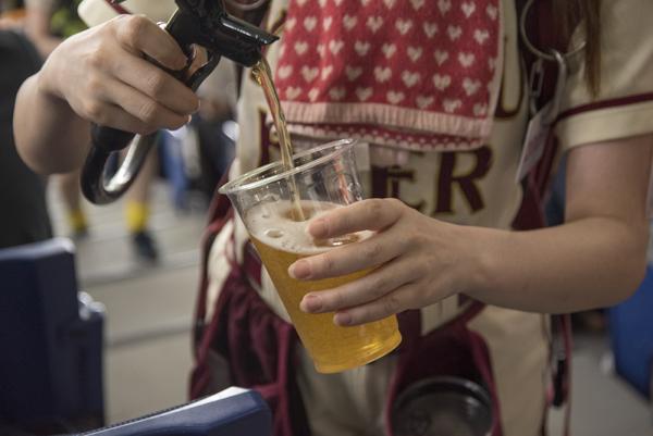 売り子さんはさすがプロ! 巧みな手つきでビールを注いでくれる。