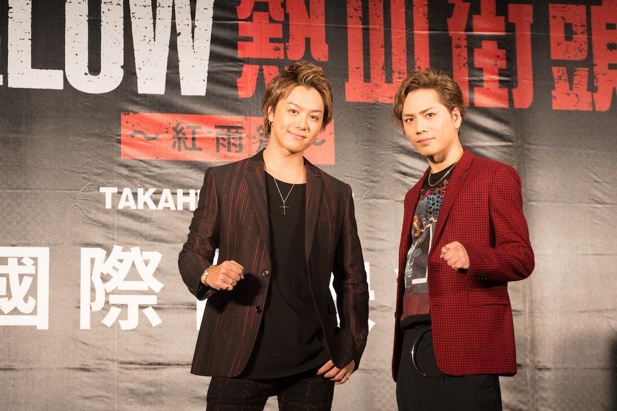 レッドカーペットのようす。左から、TAKAHIRO、登坂広臣