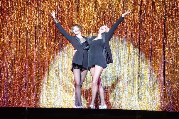 ブロードウェイミュージカル「シカゴ」来日公演のゲネプロより。左から米倉涼子演じるロキシー・ハート、アムラ=フェイ・ライト演じるヴェルマ・ケリー。