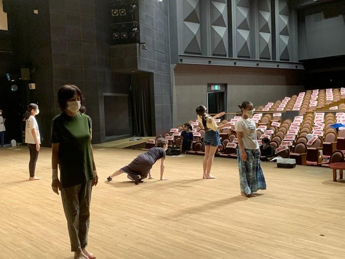 ソーシャル・ディスタンスを保った「劇団 天白月夜」稽古の様子。