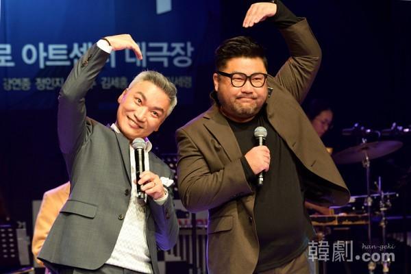 デュブル役をWキャストで演じるチョ・ジェユン(左)とコ・チャンソクは公演中は見られないデュエットで歌を披露した