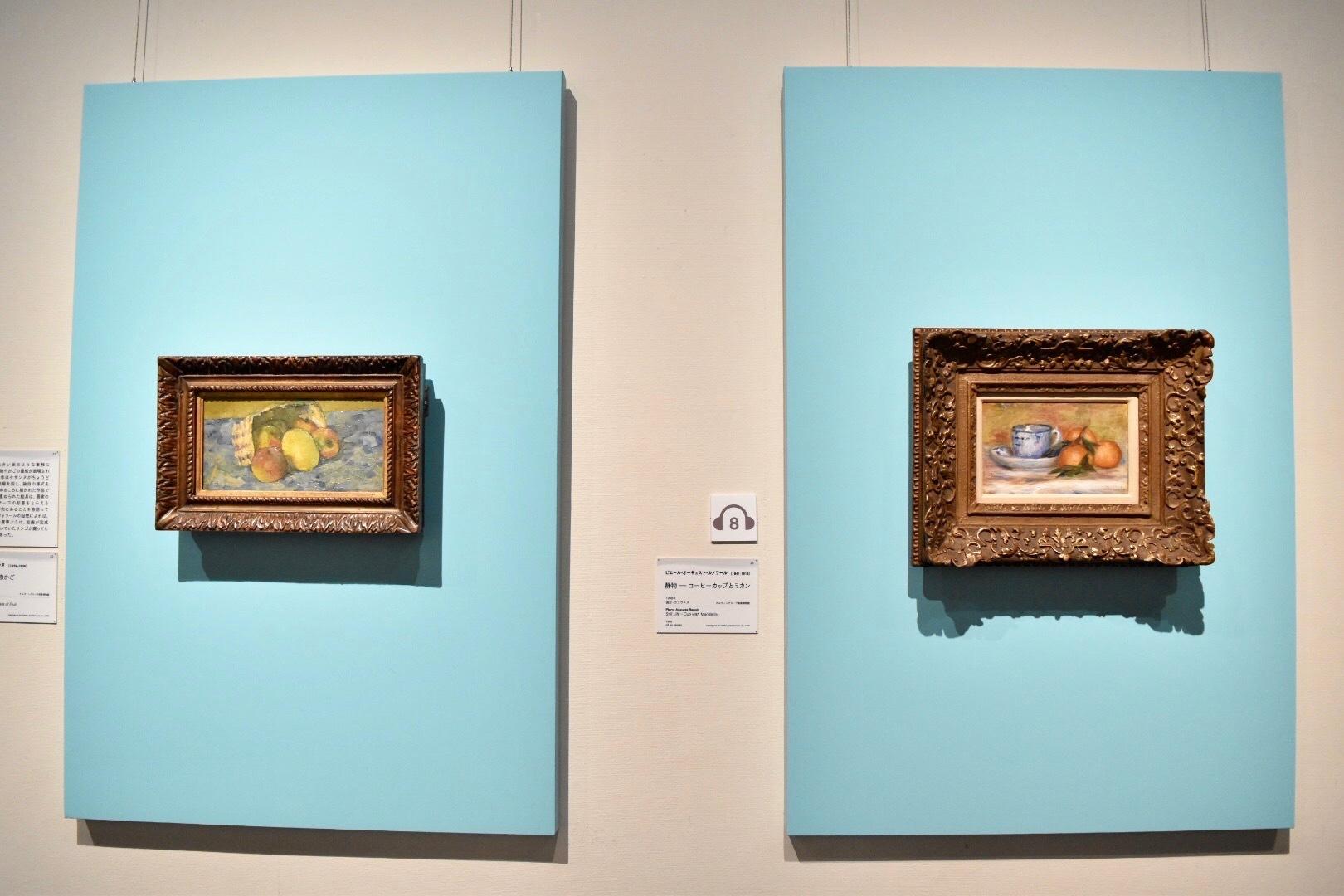 左:ポール・セザンヌ 《倒れた果物かご》 1877年頃 油彩、カンヴァス ケルヴィングローヴ美術博物館蔵 (C)CSG CIC Glasgow Museums Collection 右:ピエール・オーギュスト・ルノワール 《静物-コーヒーカップとミカン》 1908年 油彩、カンヴァス ケルヴィングローヴ美術博物館蔵 (C)CSG CIC Glasgow Museums Collection