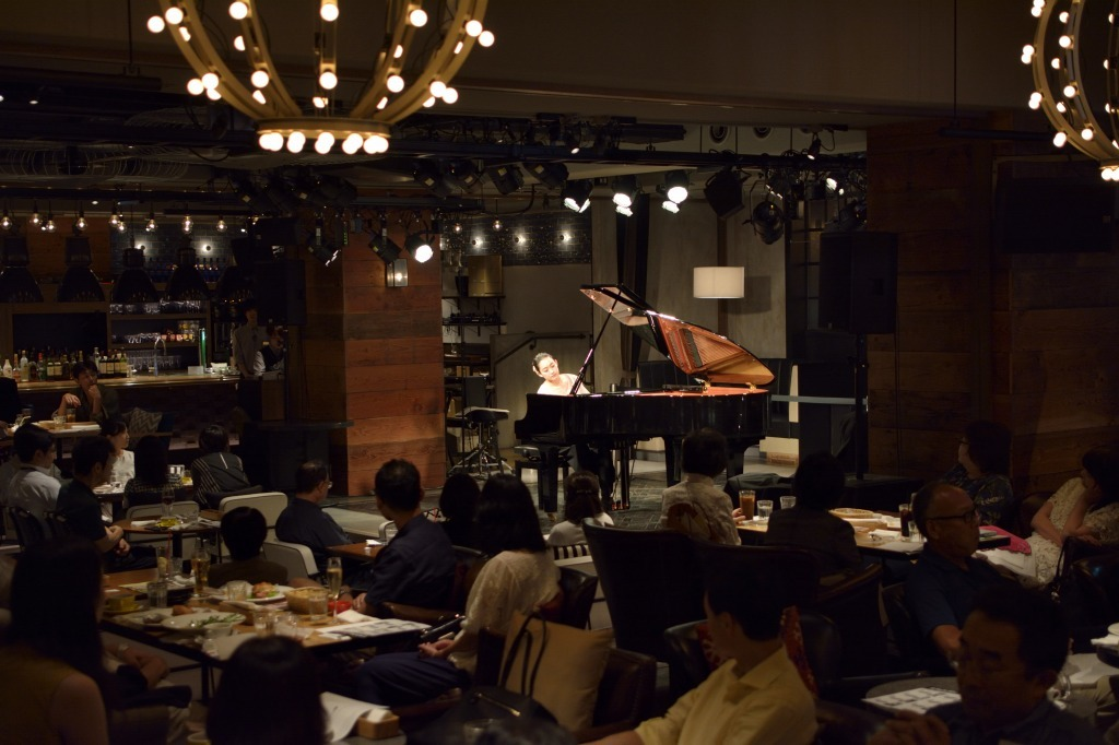 カフェに響くピアノの音色