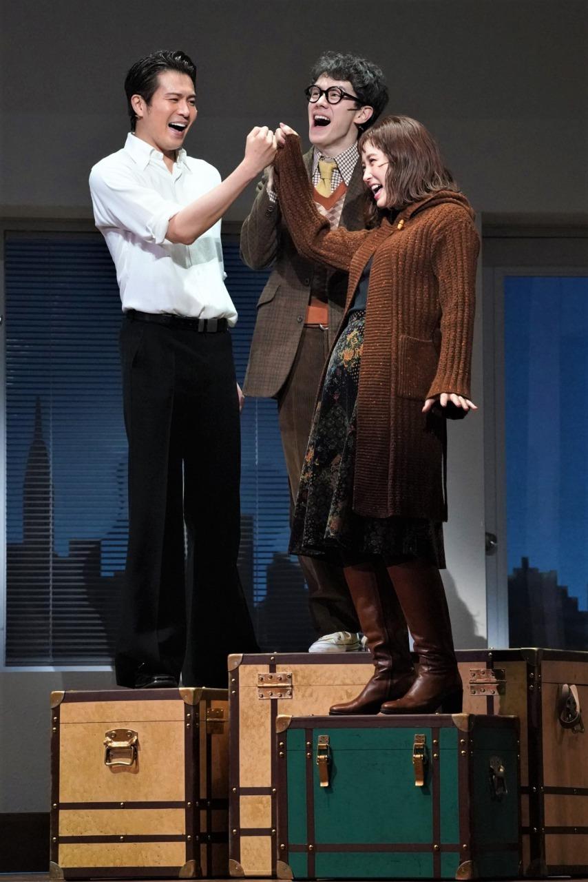 『メリリー・ウィー・ロール・アロング』~あの頃の僕たち~の一場面。左から平方元基(フランク)、ウエンツ瑛士(チャーリー)、笹本玲奈(メアリー) 企画制作=ホリプロ/撮影=岩田えり