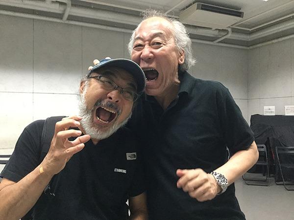 『ニッポン・ウォーズ』リーディング稽古中の川村毅。(左は33年ぶりに共演の宮島健)