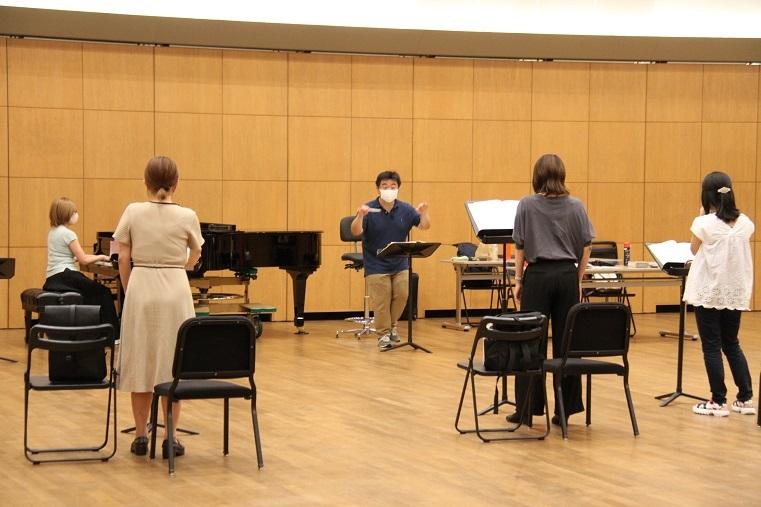 マグダの3人の女友達イヴェット、ビアンカ、スージィに向けた音楽稽古  (C)H.isojima