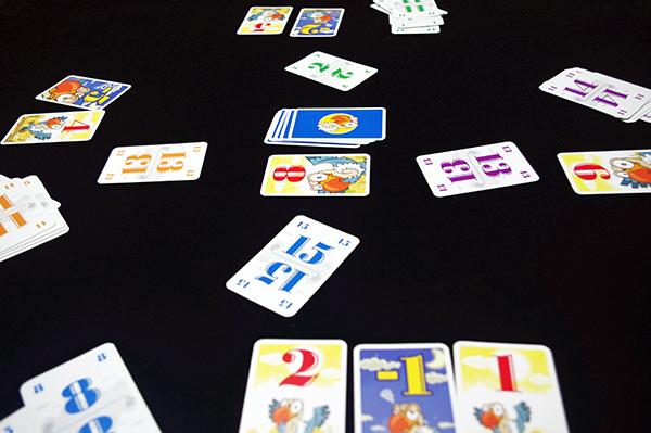 一番大きな数字を出したプレイヤーが真ん中の得点カードを獲得! (c)Dear Spiele