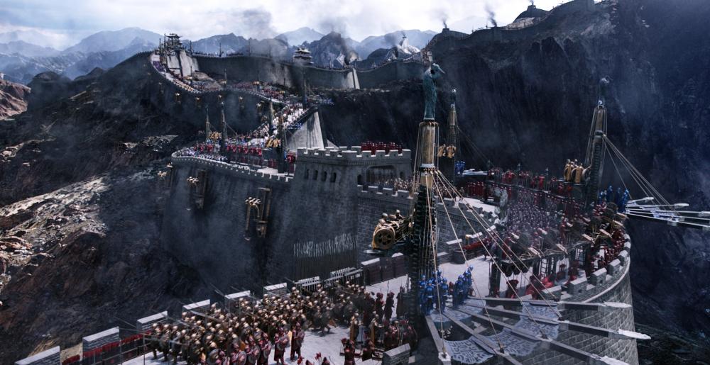 万里の長城にひしめく兵士たちと兵器 映画『グレートウォール』 (C) Universal Pictures