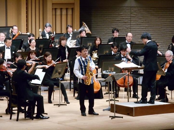 大阪交響楽団をバックに演奏する須川展也('20年 於 エブノ泉の森ホール) 写真提供:大阪交響楽団