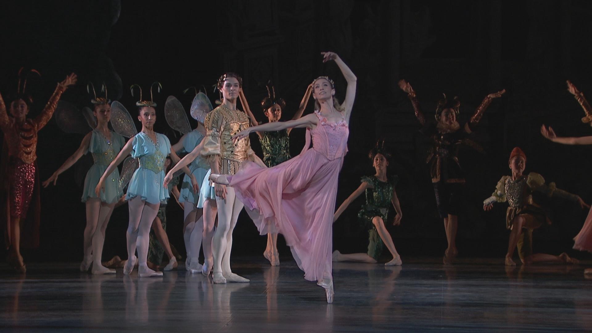 パリ・オペラ座バレエ「夏の夜の夢」妖精の女王・ティターニアのエレオノーラ・アバニャートと、妖精の王・オベロンのユーゴ・マルシャン