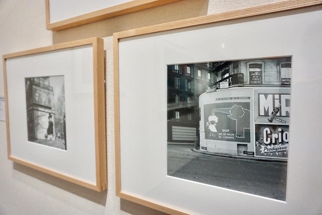 《パリ、ブランシュ広場に貼られた子どもまつりの「ドップ」ポスター》1953年、2017年プリント 写真(インクジェットプリント) 24.1×23.9cm ロレアル