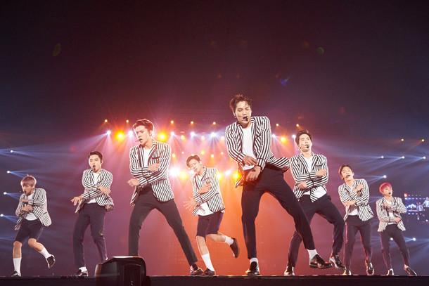 「EXO PLANET #2 - The EXO'luxion」東京ドーム公演の様子。左からベクヒョン、ディオ、セフン、チャンヨル、カイ、スホ、チェン、シウミン。
