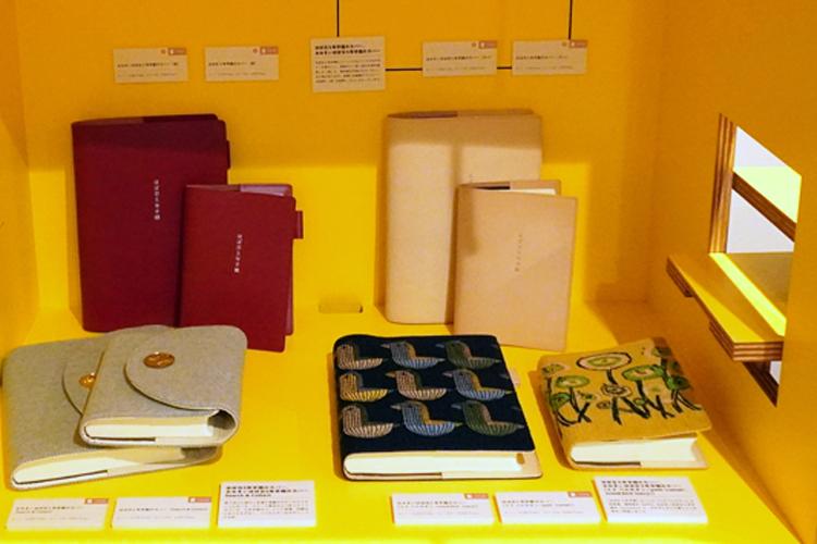 右の黄色い花の手帳と、中央の鳥の柄の手帳は、今年初の『ミナ ペルホネン』の「ほぼ日5年手帳カバー」。