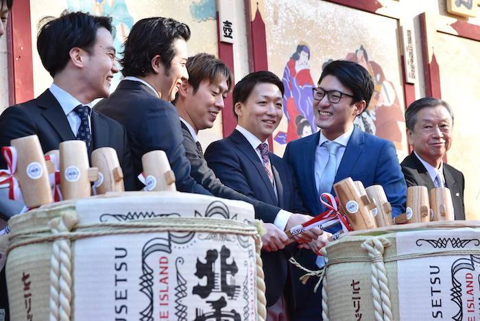 笑顔を見せる、中村歌昇、尾上松也、坂東巳之助、中村米吉、中村橋之助、松竹の安孫子正副社長(左から)